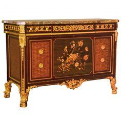 Buffet Riesener en marqueterie de bois de rose et acajou de style Louis XVI. Une création signée des Ateliers ALLOT. Une sélection de la rédaction de www.source-a-id.com.