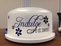 "Life is Sweet"" cake carrier…cute gift idea. Pie Carrier, Cupcake Carrier, Cricut Cake, Cricut Vinyl, Vinyl Crafts, Vinyl Projects, Craft Gifts, Diy Gifts, Cake Holder"