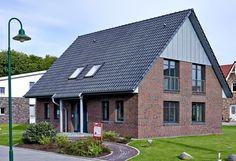 Das große Landhaus mit überdachten Eingang bauen wir Ihnen massiv und schlüsselfertig im Großraum Hamburg, Stade, Cuxhaven oder Winsen