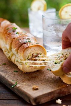 バゲットは皮がパリッとして歯ごたえがあり香ばしく、中はふわっと柔らかく、それだけでも十分美味しいですが、中にお好みの具材を詰めサンドイッチ風にしたスタッフドバゲットが今おしゃれですよ。オーブンで温めるとホットサンド風、パリの味を是非家庭に! (2ページ目)