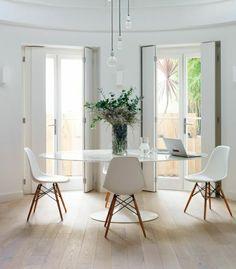 table blanche ronde, fleurs sur la table, fenetre, salon plein de lumière, fenetre, lustre