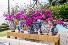 Casamento rústico - Vasos de porcelana - Foto: Marina Fava Blue And White China, Blue Yellow, Wedding Tips, Wedding Planning, Sunset Party, Hacienda Wedding, Desert Table, Unique Flowers, Wedding Decorations