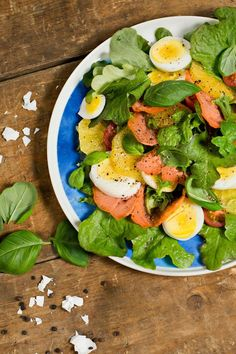 Lohisalaatissa on väriä. Caprese Salad, Avocado Toast, Breakfast, Food, Morning Coffee, Essen, Meals, Yemek, Insalata Caprese