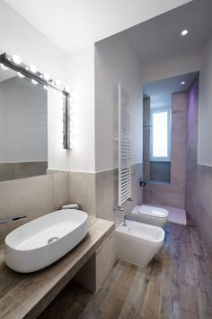 Small bathroom design idea in an all-white minimalist apartment in Rome, Italy Small Apartment Interior, White Apartment, Minimalist Apartment, Minimalist Living, Style At Home, Gray And White Bathroom, White Bathrooms, Bad Styling, Small Condo