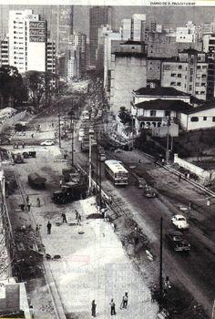 Rua da Consolação - Duplicação - 1967 - A rua da Consolação é uma das mais antigas da cidade de São Paulo e  provavelmente anterior à fundação da cidade de São Paulo. Era parte da Trilha Tupiniquim, que ligava São Vicente a Assunção, no Paraguai. Foi aberta oficialmente por volta de 1810, ligando o Piques à igreja da Consolação e, dali para a frente,  para Pinheiros e Sorocaba. Com a construção do Cemitério da Consolação, em 1858, o nome acabou sendo estendido até ele.