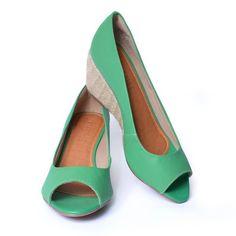 Pep toe com salto anabela, nas cores verde, azul e manga (amarelo).