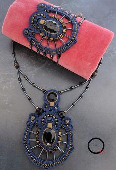 Parure collana e bracciale soutaches color blu notte, cristalli, perline rocailles, perle in ossidiana, baguettes. Design Giada Zampar Opificio77
