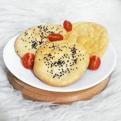 """słyszeliście już o chmurkowum chlebku? #cloudbread jest bez mąki 😋 wczoraj wpadł mi w ręce przepis i właśnie zrobiłam - wyszedł niesamowity! dokładnie taki, jak go opisują! lekki i jakby się jadło chmurkę ☁ mniam! chyba na stałe zagości w moim menu 😋 przepis: 3 jajka, dwie duże łyżki serka (powinien to być kremowy twarożek, ale ja zrobiłam z topionym i wyszło super 👌), proszek do pieczenia, opcjonalnie cukier lub sól (w """"oryginalnym"""" przepisie jest słodzik, ja dałam troszkę soli…"""