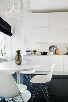 up to ceiling for extra storage. and a round nook table Dining Room Lamps, Dining Room Lighting, Dining Room Design, Kitchen Dining, Kitchen Decor, Kitchen White, White Kitchens, Ikea, Nook Table