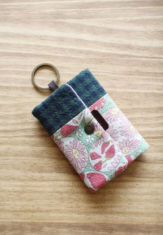 Wallet Key Chain Card Holder Key Chain Tutorial DIY step-by-step in Pictures.Card Holder Key Chain Tutorial DIY step-by-step in Pictures. Diy Wallet Pattern, Wallet Tutorial, Sew Wallet, Card Wallet, Diy Purse Organizer, Diy Backpack, Diy Bags Purses, Key Bag, Small Sewing Projects