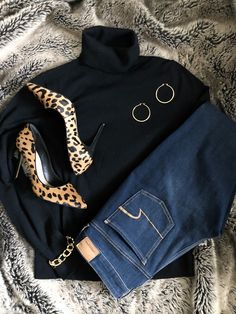 Wonderful Black Gold Jewelry For Beautiful Pieces Ideas. Breathtaking Black Gold Jewelry For Beautiful Pieces Ideas. Leopard Pumps, Gold Pumps, Leopard Shoes Outfit, Casual Work Outfits, Work Casual, Black Outfits, Winter Stil, Black Gold Jewelry, Cute Jeans