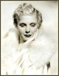 Jean MUIR '30-40 (13 Février 1911 - 23 Juillet 1996. Nacida en Suffern, Nueva York, su nombre completo era Jean Muir Fullarton. Su primera actuación como actriz teatral en el circuito de Broadway tuvo lugar en 1930, firmando contrato con los estudios cinematográficos Warner Brothers tres años después.