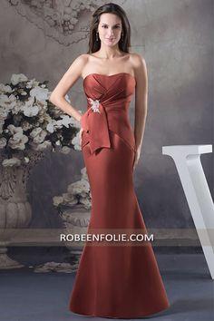 Robe mère de soirée en satin marron rouge silhouette sirène avec jolis plis sur le bustier, #robe #mère #soirée #marron #silhouette #sirène #satin