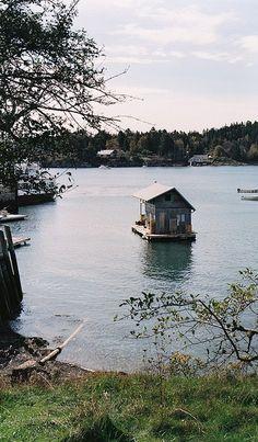 floating cabin / shanty boat