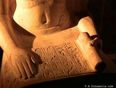 Scribe: Avec une plume de roseau trempée dans l'encre, les scribes égyptiens tracent les hiéroglyphes.