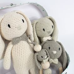 Kittet indeholder opskrift og materialer til en hæklet rangle, hæklet bidering, hæklet kaninbamse, hæklet suttesnor. Alle delene laves i økologisk bomuldsgarn.