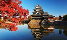 "Feel the Japanese autumn with ""autumn foliage and a castle"" 