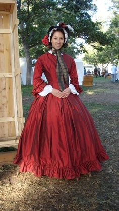 Ruffles on hem and sleeves.  if i make that red ballgown for Christmas, i ought to make a day bodice! But I'll need an updated bonnet!