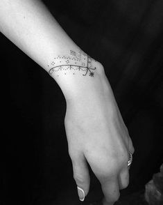 tatuaje de brazalete minimal #beautytatoos