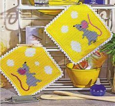 mouse and cheese crochet potholder Crochet Kitchen, Crochet Home, Love Crochet, Crochet Potholders, Crochet Squares, Crochet Diagram, Crochet Patterns, Crochet Hot Pads, Tapestry Crochet