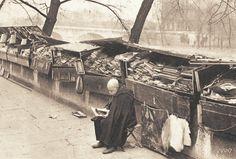 Un bouquiniste du quai Voltaire vers 1950. Un peu de rangement ne serait pas du luxe...