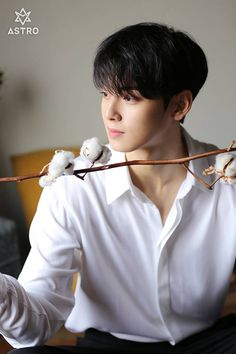ASTRO - Eunwoo - It's cotton, not wheat, but close enough. It's a field crop getting attention that I'm not. Cute Korean Boys, Korean Men, Asian Boys, Drama Korea, Korean Drama, Korean Celebrities, Korean Actors, Park Jin Woo, Kim Myungsoo