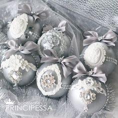 """Набор новогодних шаров """"Серебро""""  Есть в наличии. Цена 3500р В набор входит: -6 пластиковых шаров размером 8см -коробка в которой хранятся шары. #аксессуары #шары #новогодниешары #елочныешары #елочныеукрашения #елочныеигрушки #новогодниеукрашения #ручнаяработа #хобби #хендмейд #шебби #шеббишик #скрап #скрапбукинг #декупаж #декор #новыйгод #handmade #shabby #серебро"""