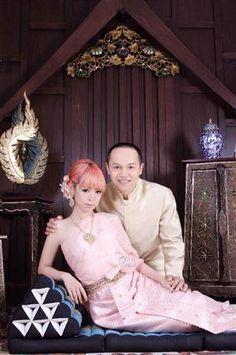 アジアのリゾートウエディングを思わせるラブラブなポーズを決めたBOSEとファンタジスタさくらだ。個性豊かな夫婦の愛の結晶も楽しみだ