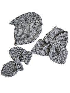 Få strikkeopskrifterne på hue, vanter og halstørklæde til baby