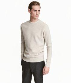 Ljusbeige. PREMIUM QUALITY. En strukturstickad tröja i premium cotton. Tröjan har lång raglanärm och ribbstickad kant kring halsringning, vid ärmslut och i