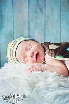 newborn boy so sweet. Summer Baby Pictures, Baby Boy Photos, Newborn Pictures, Newborn Poses, Newborn Session, Newborns, Image Photography, Newborn Photography, Photography Ideas