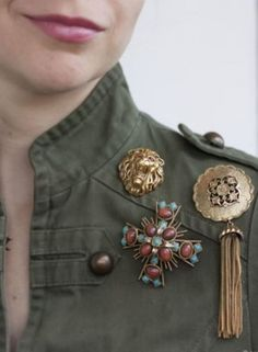 Ideas For How To Wear Jewelry Ideas Accessories Jewellery – brooch Quirky Fashion, Look Fashion, Vintage Fashion, Jewelry Accessories, Fashion Accessories, Fashion Jewelry, Jewelry Ideas, Vintage Costume Jewelry, Vintage Costumes