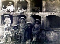 """""""Niños jugando en el Panteón de Santa Paula. Ciudad de México."""