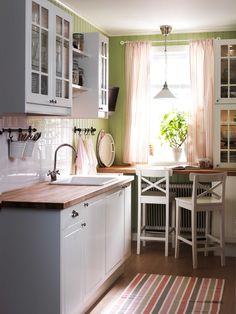 IKEA Österreich, Inspiration, Küche, weiß, Landhausstil, Wandschrank FAKTUM, Barhocker INGOLF, Hängeleuchte KROBY, Knauf FÅGLAVIK, Griff FÅGLEBODA, Arbeitsplatte NUMERÄR