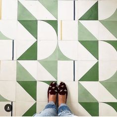 Tips For Home Improvement. Do you need to update your kitchen area, but without changing all things in it? By just sprucing up your kitchen area, you can give the complete room a facelift. Floor Patterns, Tile Patterns, Floor Design, Tile Design, Geometric Tiles, Deco Design, Home Improvement Projects, Wall Tiles, Interior And Exterior