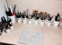 Erilaiset siveltimet ja muut useimmiten käyttämäni käsityökalut säilytän pöydällä helposti käsien ulottuvilla.