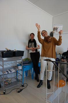 Muutosmuotoilijat Heli ja Jaana esittelevät uunituoretta muutosmuotoilu -kirjaa. Ihan niinkuin kannessa.