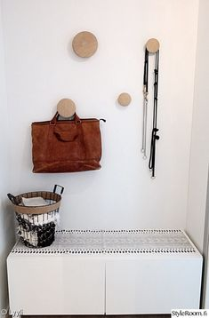 eteinen,penkki,naulakko,dots,kenkäsäilytys First Home, Mudroom, Michael Kors Jet Set, Interior Inspiration, New Homes, Decor Ideas, Halloween, Home Decor, Home