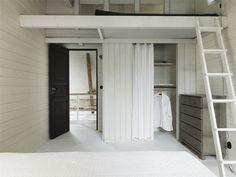 Ett av två sovrum med sovloft och klädförvaring