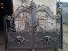 (1) Одноклассники Wrought Iron Driveway Gates, Wrought Iron Doors, Iron Gates, Iron Gate Design, House Gate Design, Iron Window Grill, Door Design Interior, Grades, Night Aesthetic