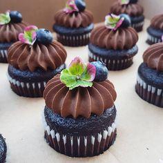 wedding cakes with cupcakes - weddingcakes Cupcake Recipes, Baking Recipes, Dessert Recipes, Yummy Cupcakes, Cupcake Cookies, Fancy Cupcakes, Decoration Patisserie, Wedding Cupcakes, Chocolate Cupcakes