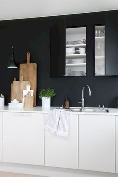 moderne Küche schwarze Rückwand grifflos