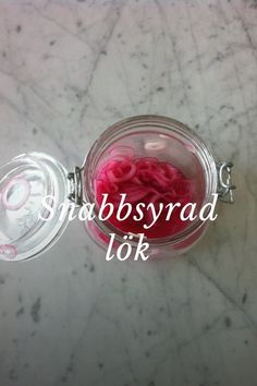 Snabbsyrad lök: by Storie About Food From A 10 Year Old Chef on Mandolin, Foodie Travel, Traveling By Yourself, Foodies, Heart Ring, Recipes, Corning Glass, Recipies, Heart Rings