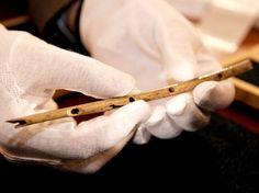 Flauta de osso de pássaro, possivelmente com 35 mil anos, foi descoberta em caverna de Hohle Fels Foto: AP