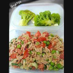 Almuerzo ligero: ensalada de atun acompañado de brocoli