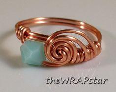 Anello di rame filo avvolto gioielli fatti a mano filo avvolto anello cristallo Swarovski anello portafortuna rame gioielli filo anello ITEM0342 =========================  ►Copper filo avvolto anello  ►Swarovski Bicone Crystal (vedi pic #4 per scelte di colore)  ►Copper filo - Non offuscare, ipoallergenico, piombo, nichel Free  ►Custom formati da 4.5-10 comprese mezze m...