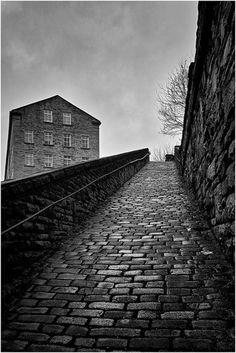 """«Bill Brandt: """"The Snicket"""". Halifax (1937)»."""