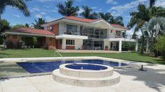 Casa con arquitectura moderna de 2 pisos, en el condominio Iguazú, Cerritos, Pereira, compuesta por 6 habitaciones, 8 baños, cocina integral con