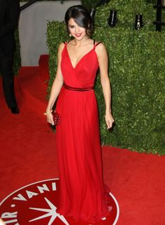 love the color and shape of selena's simple but elegant red dress #TopshopPromQueen