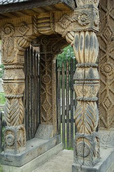Travel Maramures, Romania Portal, Travel Tours, Shopping Travel, Budget Travel, Wood Carving Designs, Carpathian Mountains, Wooden Gates, Witch House, Beach Trip